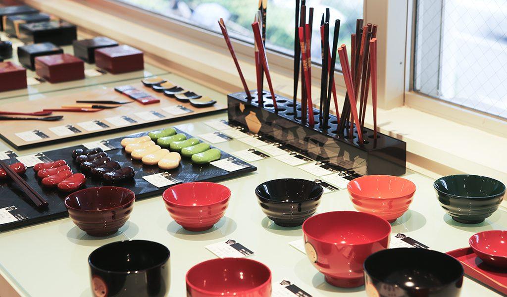 山田平安堂の店内に並ぶお椀やお箸など