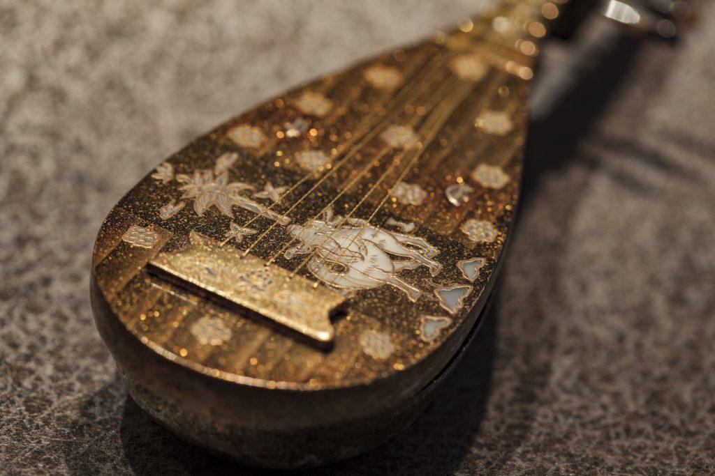螺鈿紫檀五絃琵琶のレプリカ